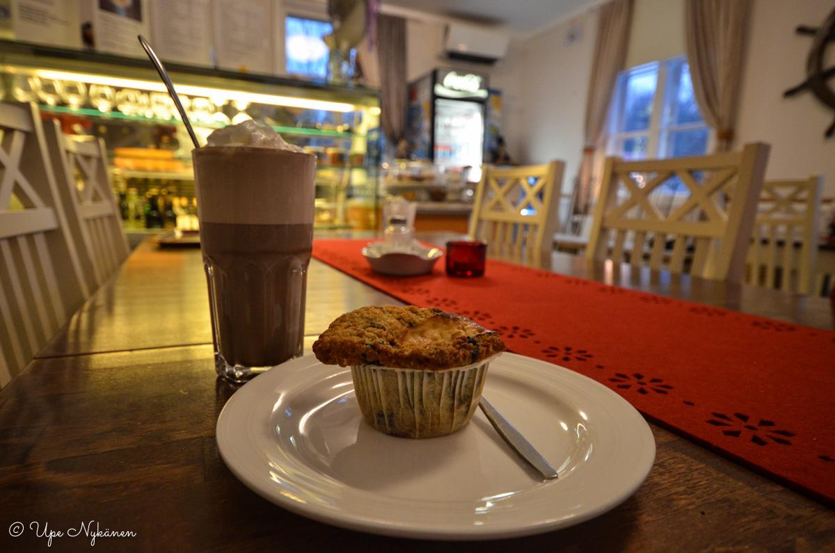 Kaakao ja muffinsi Villa Kosthållissa, Skogby