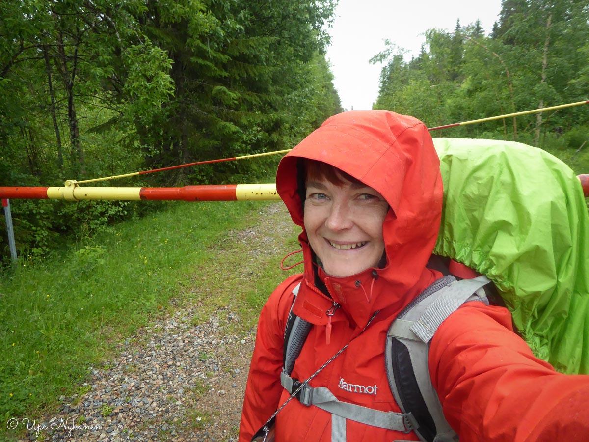 Upe Raatteen tien päässä lähdössä kävelemään kohti Oulua