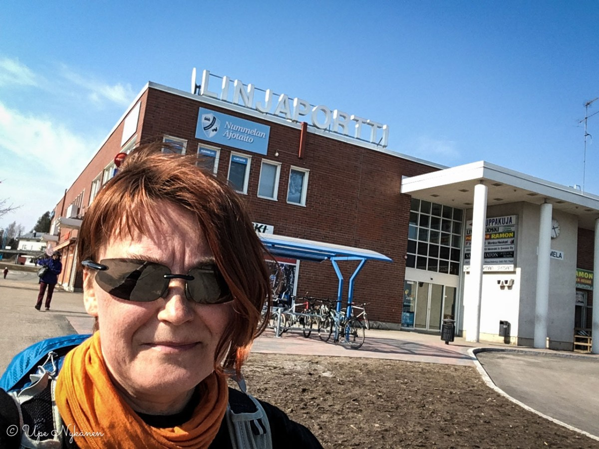 Upe Nummelan linja-autoasemalla.