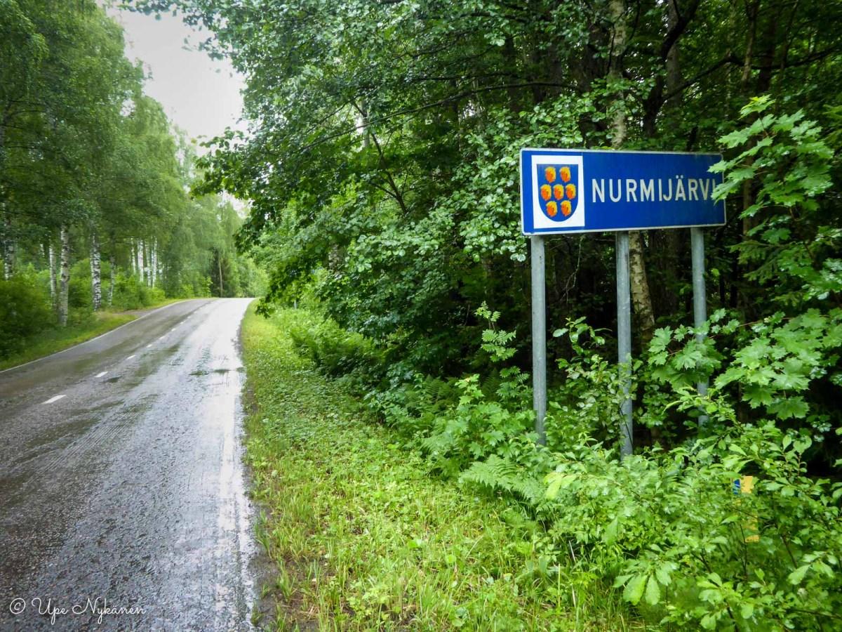Nurmijärven viitta ja vaakuna tien varressa.