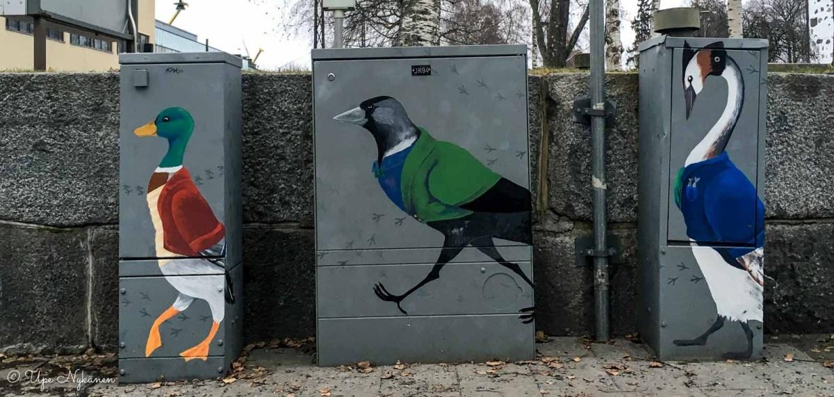 Sorsa, harakka ja kolmas lintu -sähkökaappitaideteos Kuopiossa, tekijä Elina Moilanen.