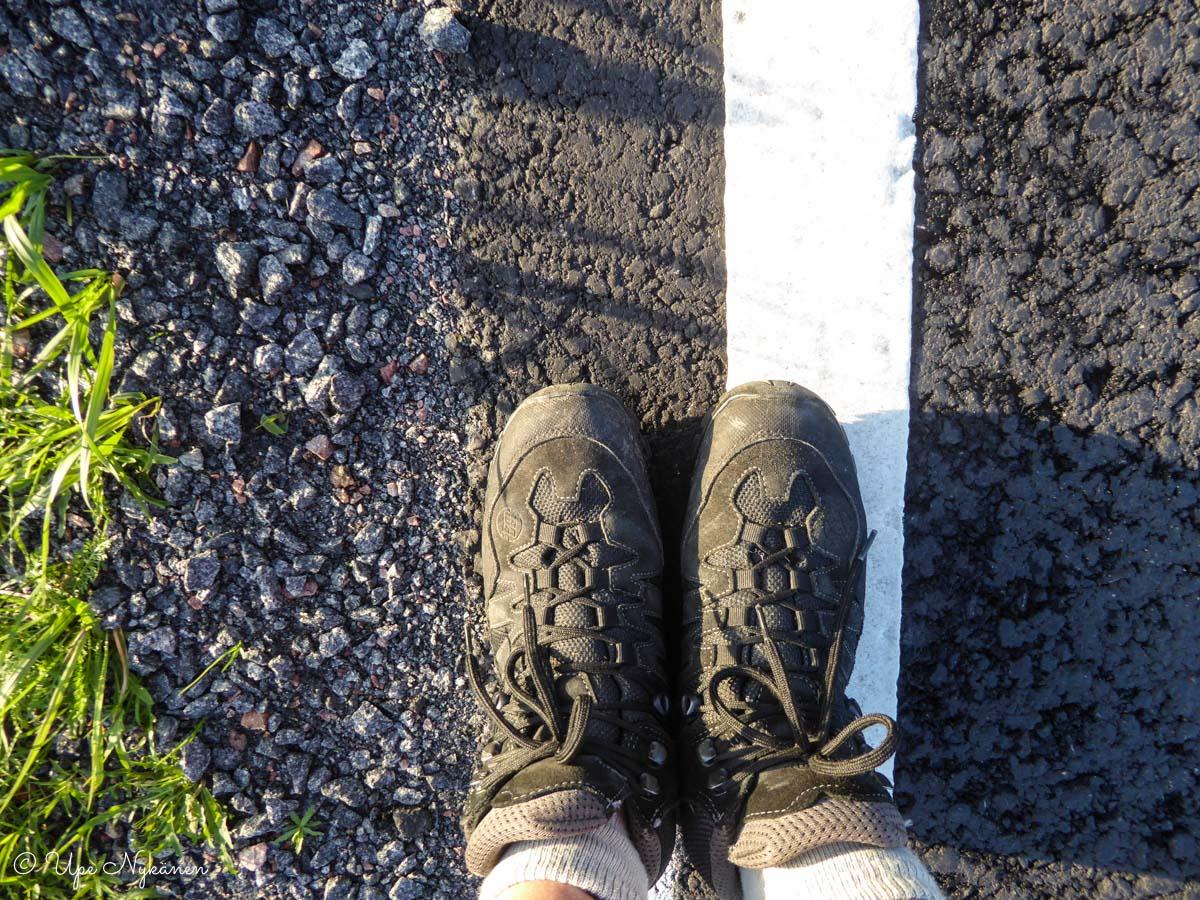 Kävelijän kengät kapealla tienpientareella, Puuppola