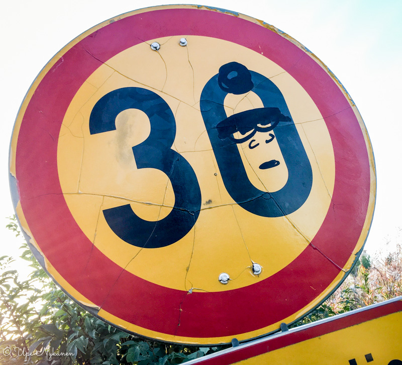 Nopeusrajoitus 30 km-liikennemerkki, johon on maalattu naama