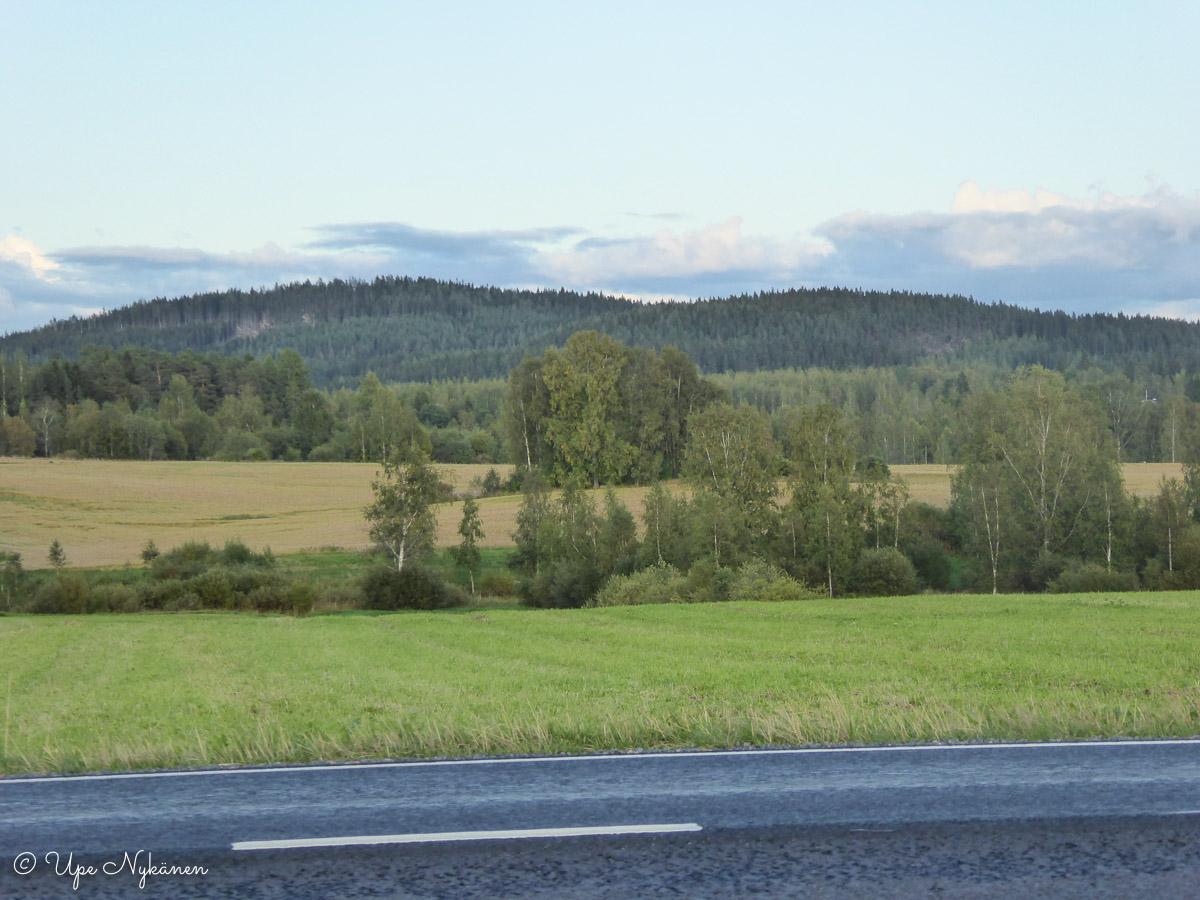 Maisema Puuppolan peltojen takaa Punavuorelle ja Lehesvuorelle