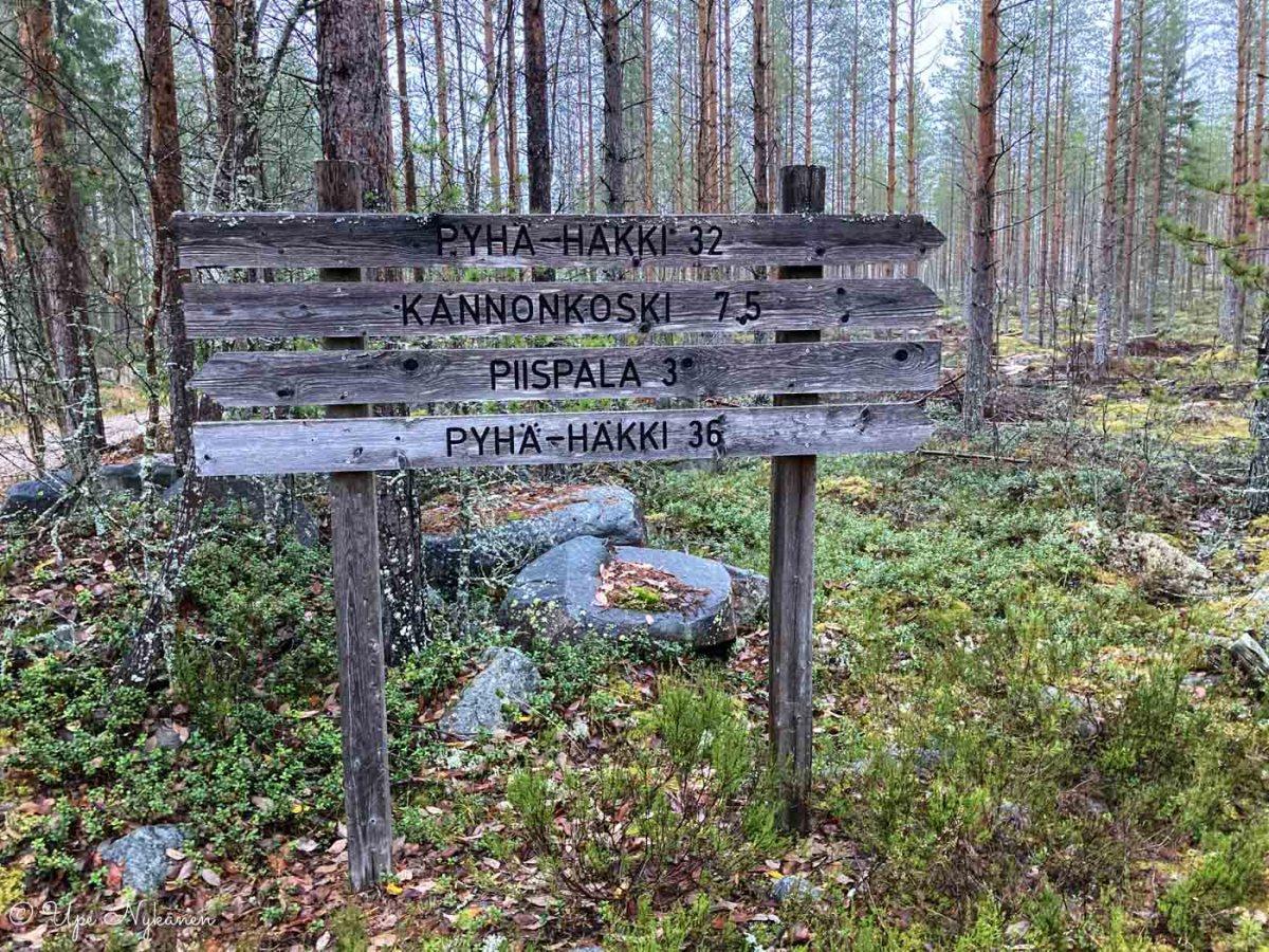 Keski-Suomen maakuntauran opasteviittoja ja kilometritietoja määränpäihin.