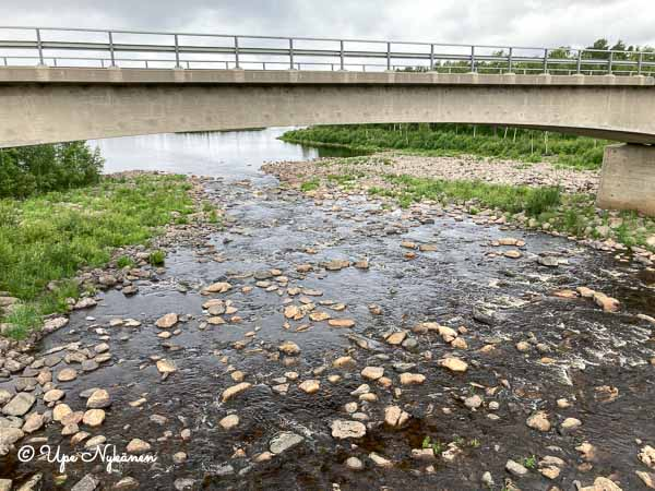 Iijoen yli menevä silta ja niukkavetinen, kivikkoinen Iijoki sen alla.