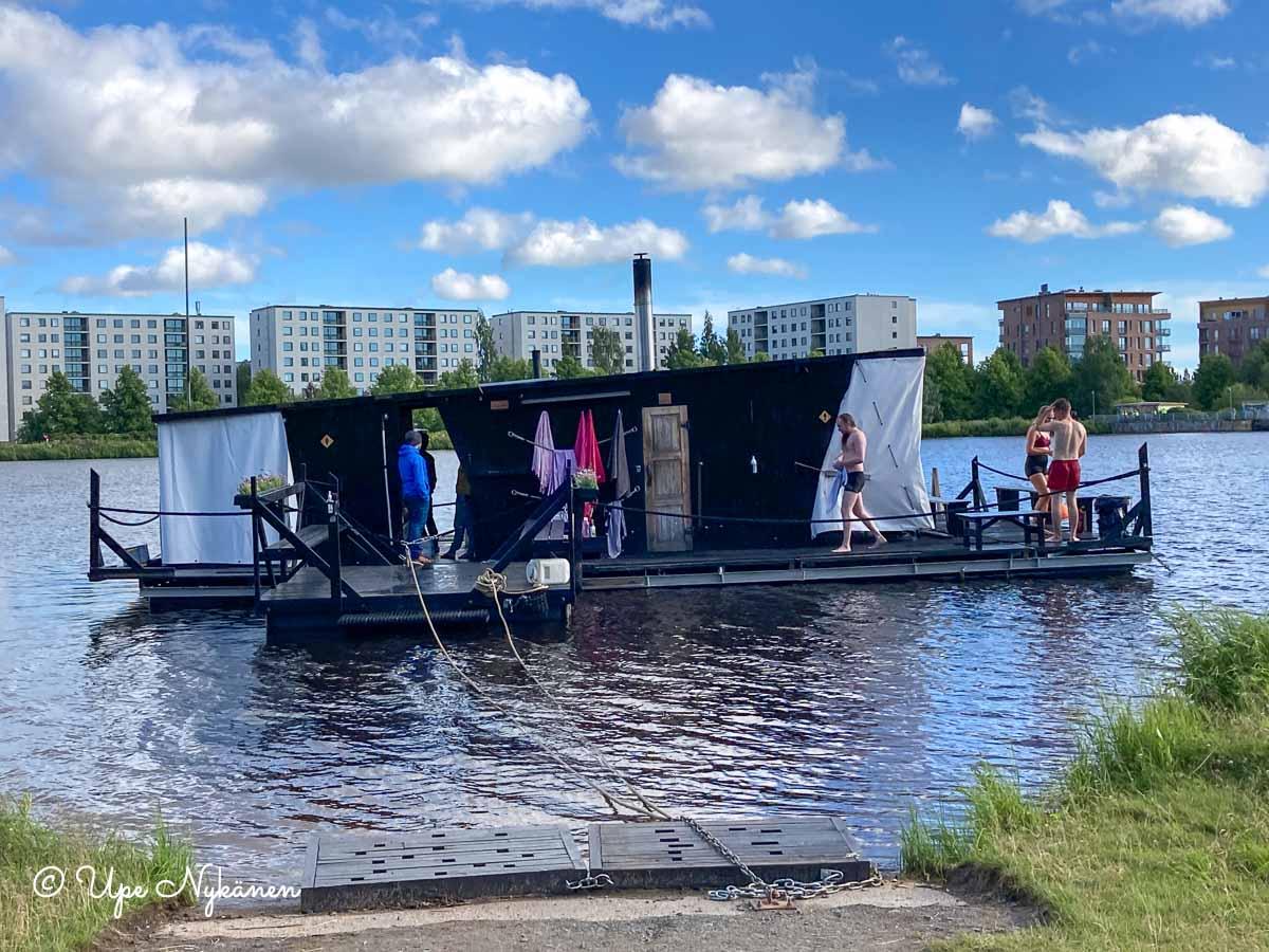 Kesän sauna eli kelluva saunalautta, Oulu.