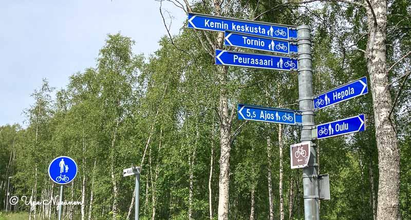 Tienviittoja kevyen liikenteen väylällä: Kemin keskusta, Tornio, Peurasaari, Hepola, Ajos, Oulu.