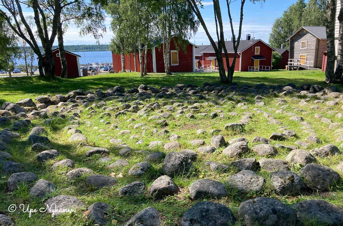 Kivistä tehty jatulintarha Kemin sataman lähellä.