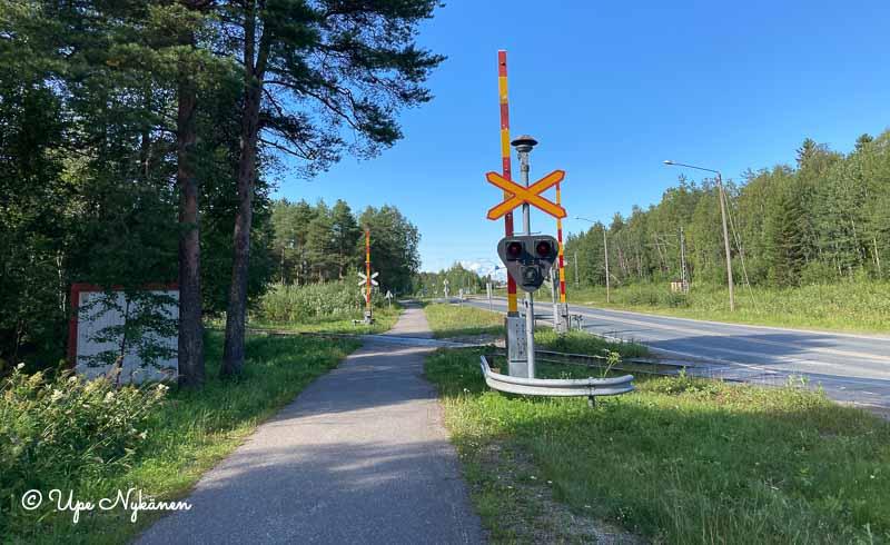 Tornionkatu ja sen viereinen kevyen liikenteen väylä sekä rautatien tasoristeys.