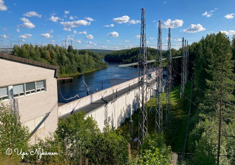 Petäjäskosken voimalaitosta ja Kemijoen uomaa metsän keskellä.