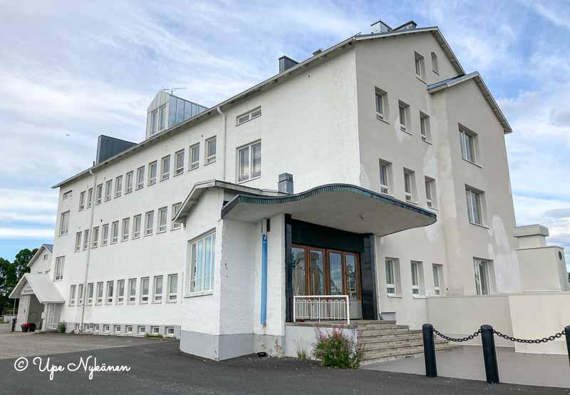 Valkoinen funkistyylinen kolmikerroksinen Pohjanranta-rakennus.