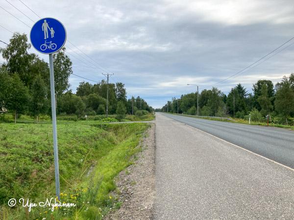 Kevyen liikenteen väylä tien vasemmassa laidassa Keminmaalla.