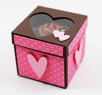 Caja scrapbook para un cupcake decorada con corazones