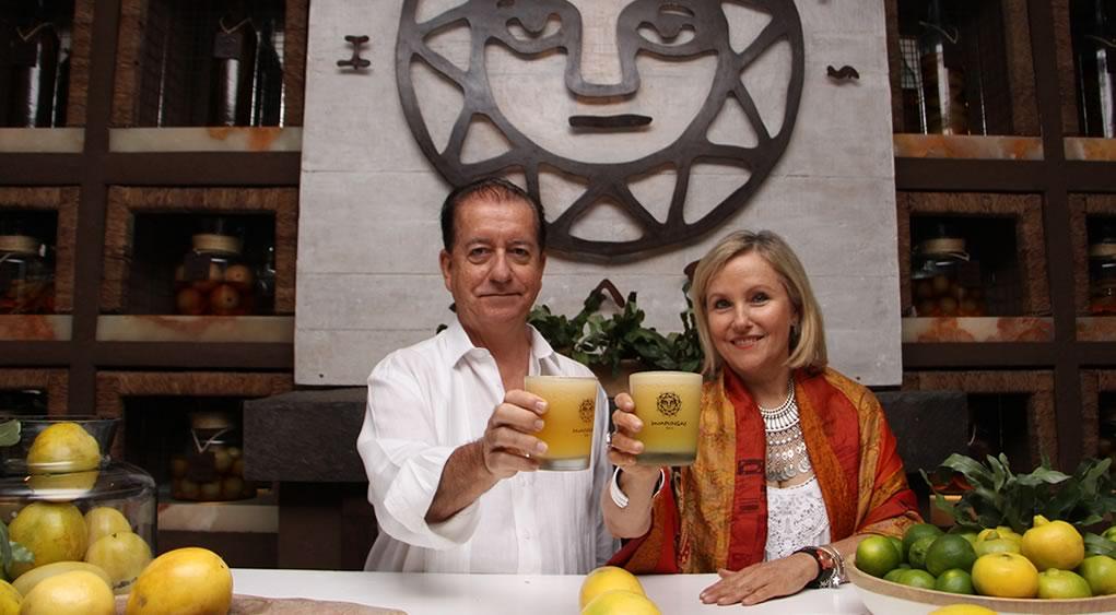 Huaringas bar, presentando el pisco sour de maracuyá