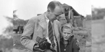 Julien Hequembourg Bryan, satu-satunya pewarta asing di Warsawa tengah menenangkan gadis malang korban pemboman Jerman Nazi. (ushmm.org)