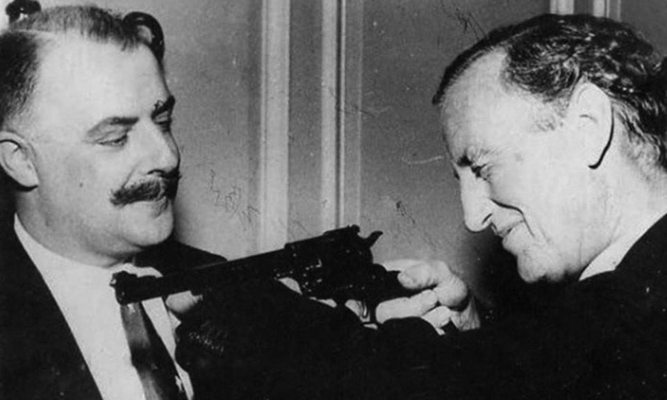 Ian Fleming et Geoffrey Boothroyd.