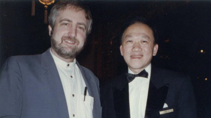 Raymond Benson lors de ses recherches pour le roman en 1996. À son côté, Henry Ho du restaurant Man Wah qui apparaît très brièvement dans le roman.