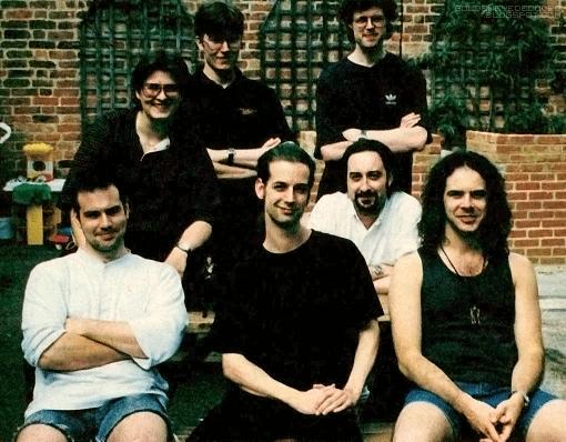 7 des membres de l'équipe GoldenEye : Duncan Botwood, B. Jones, Steve Ellis, Martin Hollis, Mark Edmonds, Dr. David Doak, Grant Kirkhope.
