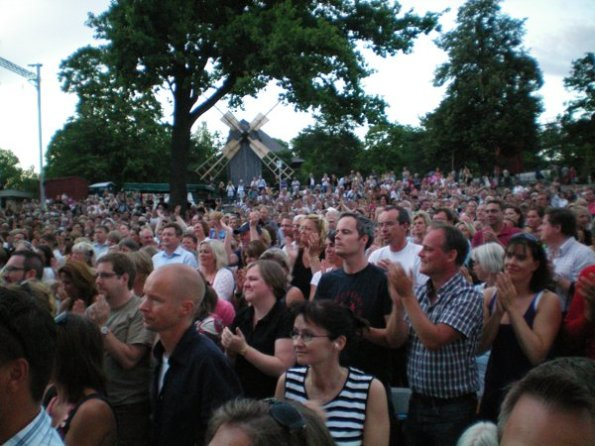 Crowd watches Peter Jöback and Eva Dahlgren at Skansen