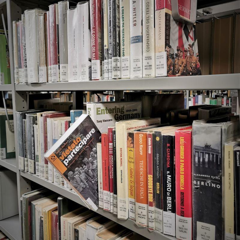 """Libro """"Vietato partecipare"""" di Jamila Baroni nello scaffale della biblioteca Sala Borsa a Bologna"""