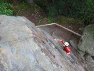 Anika erklimmt die Zyklopenmauer