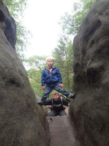Jakob übt eine klassische sächsische Klettertechnik