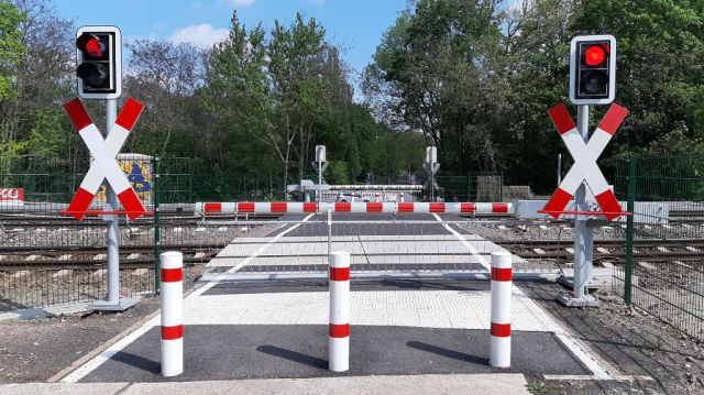 geschlossene Schranken am Bahnübergang Brebacher Weg