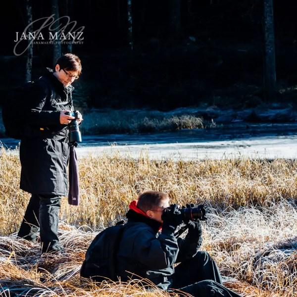 """Walking in the winter wonderlandFotospaziergang im ZauberwaldKennst du mein Buch """"Naturfotografie mal ganz anders""""? Wenn ja, weißt du sicherlich, dass ich leidenschaftlich gerne im Winter an der Ostsee als auch in den Alpen unterwegs bin. Gegensätzlicher können die Landschaften nicht sein, aber genau das liebe ich. Die raue winterliche See als auch die klaren kalten Tage in den Bergen. Beide Gegenden haben im Winter eines gemeinsam: Jenseits der touristischen Gebiete kann man stundenlang alleine in der Natur sein. Es ist traumhaft schön, im Berchtesgadener Land durch den Schnee zu wandern, Tierspuren zu entdecken und dann nach einem langen Fotospaziergang sich in einer Hüte am Kamin mit einem Glas Jagertee aufzuwärmen.Möchtest du mit mir genau so einen Fotospaziergang erleben? Dafür habe ich einen der schönste Orte im Nationalpark Berchtesgadener Land auserkoren: Den Zauberwald am Hintersee (Ramsau). In den letzten Weihnachtsferien war ich dort und habe bei frühlingshaften Temperaturen auf den Schnee gewartet, der sich erst zögerlich durch Schneeregen ankündigte. Dabei sind wunderschöne Naturbilder entstanden. Denn egal ob wir am 27.12.2017 Schnee haben werden oder nicht, der Rundwanderweg durch den Zauberwald ist traumhaft schön. Ich möchte dich herzlich dazu einladen, mich am Sonntag um 10 Uhr zu begrüßen. Eine gute Gelegenheit, sich nach Weihnachten zu bewegen, neue Menschen kennen zu lernen und sich gemeinsam über unsere Leidenschaft der Fotografie auszutauschen. Der Spaziergang dauert zwischen 6 Stunden und wer mag, kehren wir gemeinsam auf einen Jagertee und einer Brotzeit anschließend ein.Wenn du nicht dabei sein kannst, vielleicht magst du meinen Fotospaziergang als Gutschein zum Fest verschenken? Für alle die im Großraum München-Salzburg wohnen, ist der Parkplatz im Nationalpark innerhalb von ein bis zwei Stunden erreichbar."""
