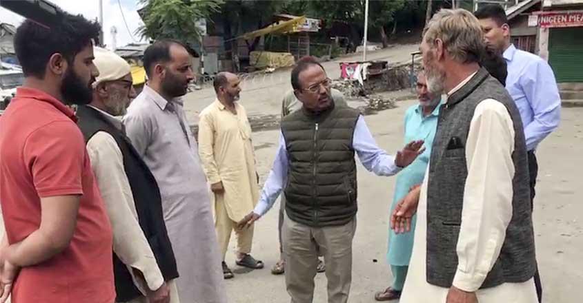 कश्मीरियों से बात करते डोवाल।