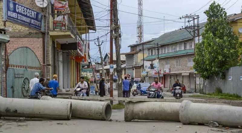 कश्मीर के नाटीपोरा में शनिवार को नागरिकों द्वारा लगाया गया ब्लाकेड।