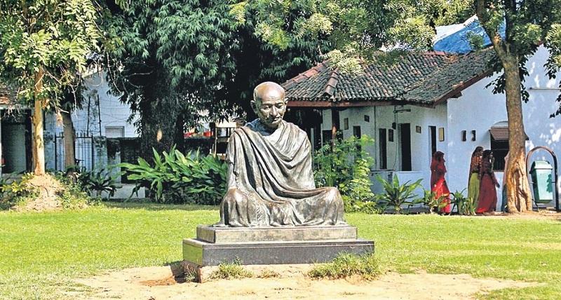 गांधी स्मृति में गांधी जी की प्रतिमा।