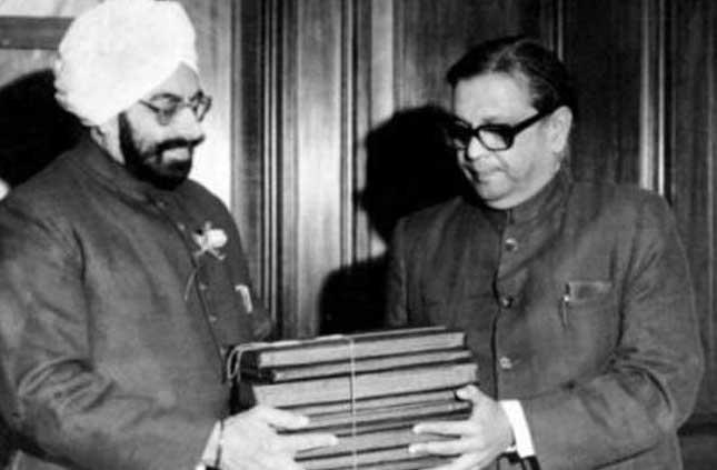 बीपी मंडल तत्कालीन राष्ट्रपति को आयोग की सिफारिशें देेते हुए।