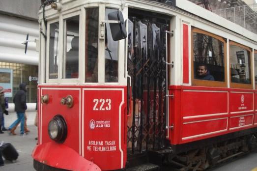 Tunel-Taksim tramvaj T koji prolazi kroz Istiklal ulicu - Tunel - Taksim tram T passing through Istiklal street