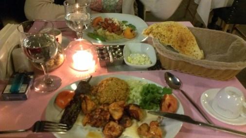 Turska kuhinja, pileći karabatak sa turskim pirinčem i prženim paradajzom i paprikom - Turkish cuisine, chicken thigh with Turkish rice and roasted tomatoes and peppers