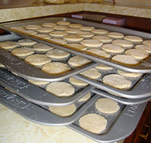picture of stacked baking pans