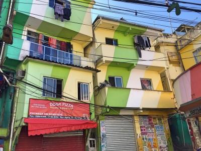 Den farverige plads i Santa Marta favelaen