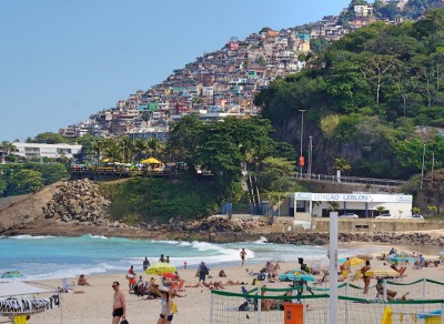 Leblon Beach med Vidigal favelaen i baggrunden