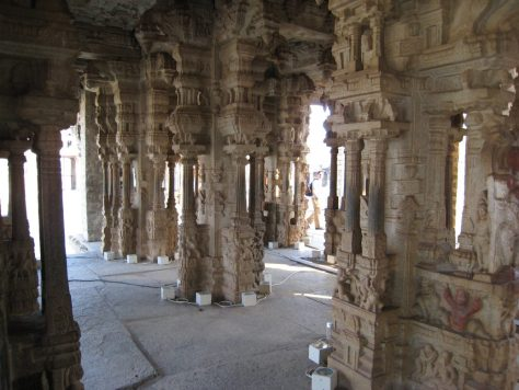 Diese Säulen dienen als Klanginstrumente.
