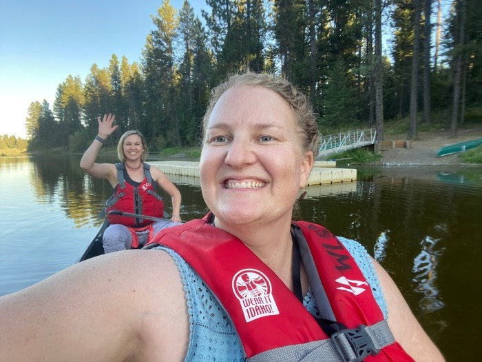 two friends canoeing in Idaho