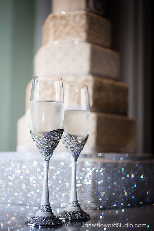Champage flutes with wedding cake