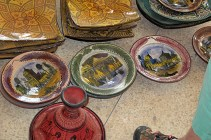 These plates were decorated with paintings of famous scenes and buildings.