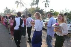 In einer langen Menschenreihe (hier etwa 200 Leute) werden Früchte, die zuvor an jeden Gast verteilt wurden in das Haus der Brauteltern gebracht, um den Einzug des zukünftigen Bräutigams zu erbitten