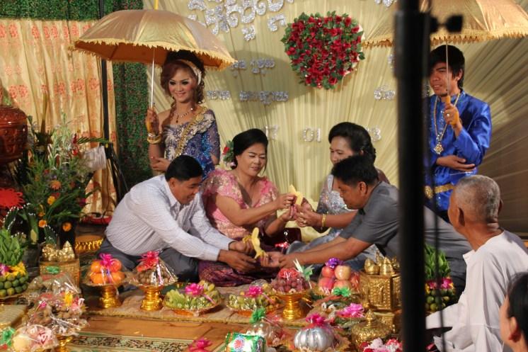 Linke Seite: Braut hinter ihren Eltern, rechte Seite: Bräutigam hinter seinen Eltern