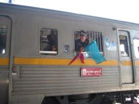 Zmiana pokładu z samolotu na pociąg do Ayutthai.