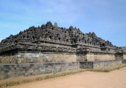 Borobudur. Szacowany na 800 r. Największa na świecie i do tego dość nietypowa buddyjska świątynia, zbudowana na wzór mandali. Wysoka na 35 metrów, ma kilka tarasów symbolizujących różne etapy dochodzenia do doskonałości.