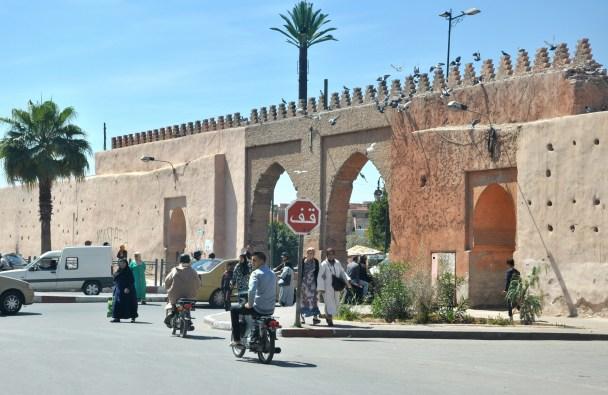 Autobusem docieramy do bram medyny, najstarszej części miasta.