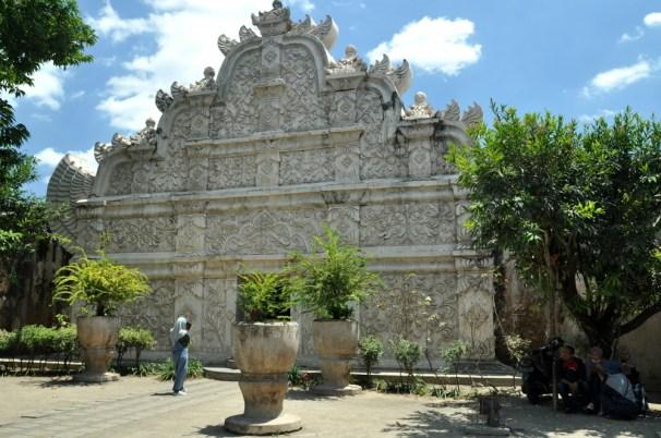i wchodzimy w jedną z największych atrakcji Yogyi: Taman Sari, wypoczynkowy pałac sułtana.