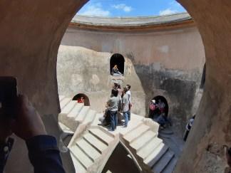 Zagadkowa sprawa i jak na meczet - nietypowa. Sumur to po jawajskiu studnia, Gemuling - koło. Budynek jest piętrową, wkopaną w ziemię cytadelą, wewnątrz której znajdowała się kiedyś studnia.