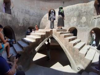 Wejście do meczetu prowadzi przez jedną bramę, tunelem, do najniższego poziomu budynku. 5 schodów symbolizuje 5 zasad islamu.
